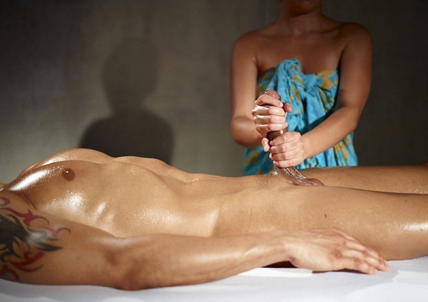 девушкб бикини делает масаж парень